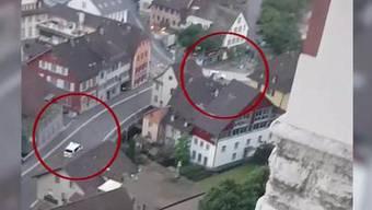 Zwei Männer hängen auf einem gestohlenen Töff die Polizei ab.