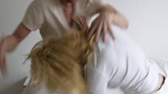 Viele Frauen sind Opfer von häuslicher Gewalt (Symbolbild)