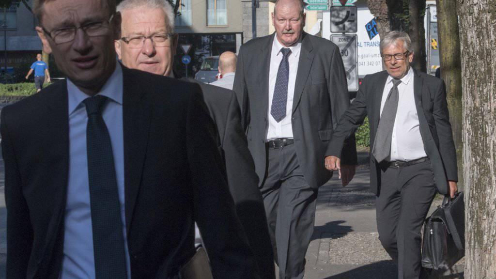 Der Kommandant der Luzerner Polizei, Adi Achermann (links), und der damalige Kripochef Daniel Bussmann (3. von links) 2017 auf dem Weg zum Prozess vor dem Bezirksgericht Kriens. Das Kantonsgericht hat nun den Freispruch bestätigt.