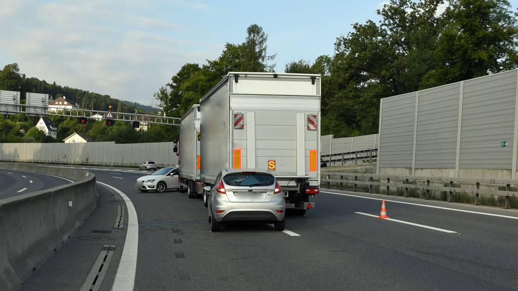 In den Unfall waren zwei Autos und ein Lastwagen involviert.