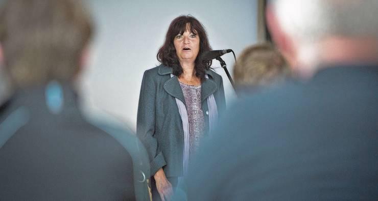 Herausfordernder Moment: Kathrin Hasler an der Infoveranstaltung zu den «Löchern von Hellikon».