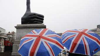 "David Shrigleys Statue ""Really Good"" will seit Donnerstag auf dem Trafalgar Square Optimismus verbreiten."