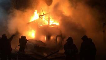 Um 5 Uhr morgens bemerkten die Bewohner des Einfamilienhauses in Boswil Feuer. Kurze Zeit später, ist das ganze Haus niedergebrannt.