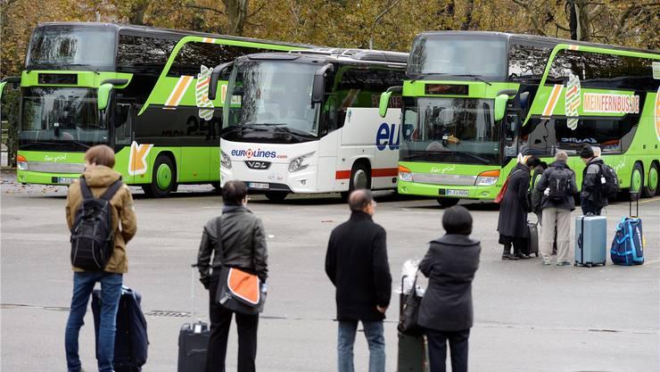 Auf dem Carparkplatz am Zürcher Sihlquai direkt neben dem Hauptbahnhof: Die Zahl der Fernbusse nimmt ebenso zu wie jene der Fernbusreisenden.Keystone