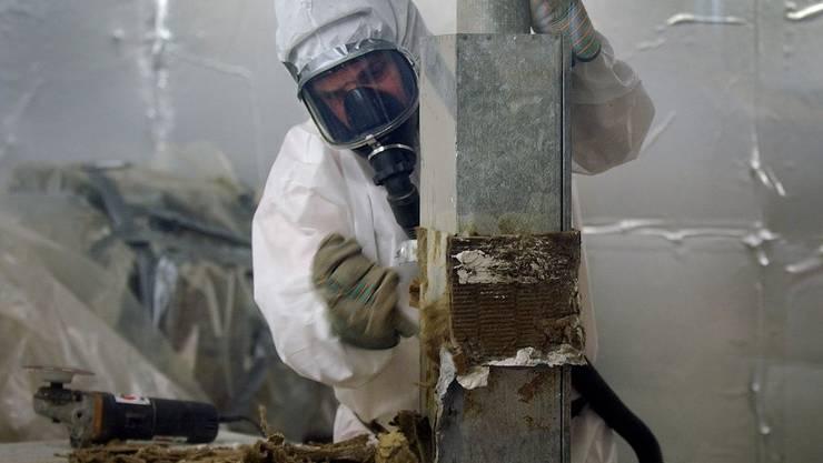 Asbestsanierungen werden heute im Schutzanzug durchgeführt. Bevor der Stoff verboten war, kamen aber etliche Arbeitende und Privatpersonen in Kontakt mit den gesundheitsschädigenden Fasern.
