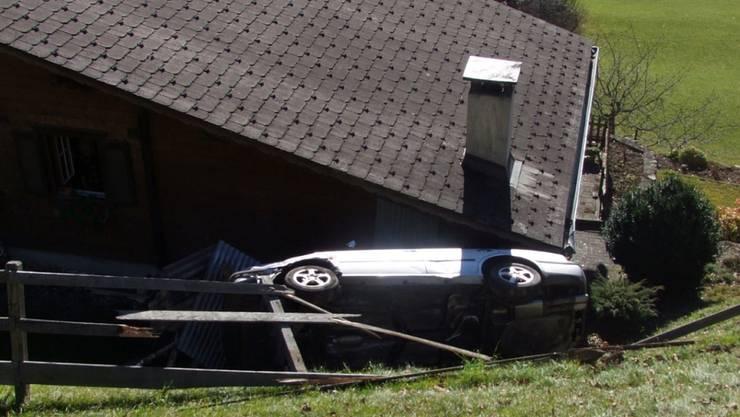 Während er nach Zigaretten kramte, krachte ein Lenker bei Grüsch GR in ein anderes Auto und stützte einen Abhang hinunter auf ein Haus.