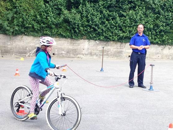 Einhändig velofahren unter Beobachtung