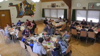 Eine recht grosse Anzahl Kinder, Jugendliche und Erwachsene trafen sich zum letzten Mittagstisch.