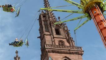 Die Herbstmesse hat heute nicht mehr viel mit den Kirchen zu tun, vor denen sie stattfindet.