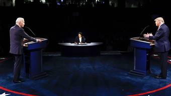 dpatopbilder - Donald Trump (r), Präsident der USA, und Joe Biden (l), Präsidentschaftskandidat der Demokraten, beim letzten TV-Duell. Foto: Jim Bourg/Pool Reuters/AP/dpa