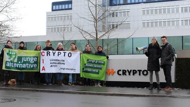 Mitglieder der Jungen Alternative Zug vor dem Crypto-Firmensitz in Steinhausen.