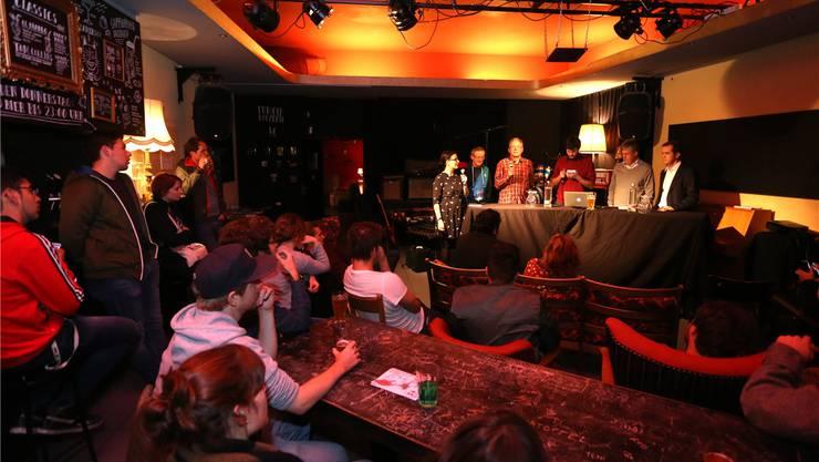 Myriam Frey (Grüne), Ruedi Moor (SP), Christoph Fink (CVP), Moderator Lucien Rahm, Urs Knapp (FDP) und Matthias Borner (SVP) während der Podiumsdiskussion.