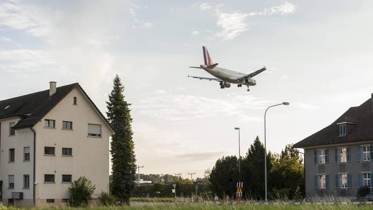 Flugzeug über Wohnsiedlung (Themenbild).