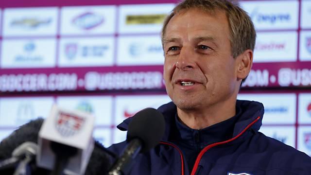 Jürgen Klinsmann gut gelaunt während einer Pressekonferenz