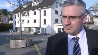 Plötzlich hat es geknallt: Ein Militärwaffen-Projektil schlug in ein Wohnhaus in Oberwil-Lieli ein. Verletzt wurde niemand, doch die Verunsicherung im Dorf ist riesig.