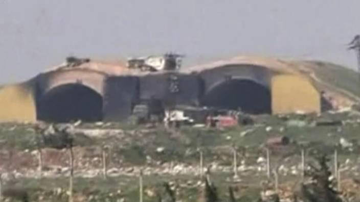 Das syrische Fernsehen hat Aufnahmen der zerstörten Basis gesendet.