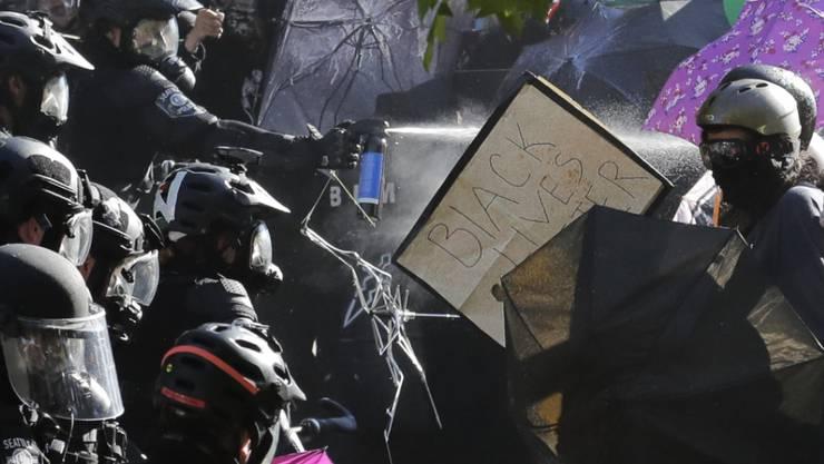 In Seattle setzte die Polizei Pfefferspray gegen Demonstrierende ein.