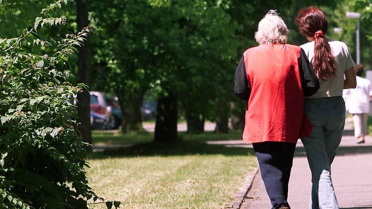 Ausländische Pflegerinnen sind für manche Menschen einen günstige Alternative zum Altersheim.