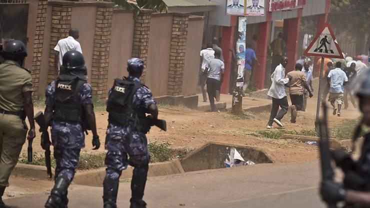 Polizisten schiessen Tränengas gegen Unterstützer der Opposition in Ugandas Hauptstadt Kampala. Medien dürfen nicht live über die Proteste berichten. (Archivbild)
