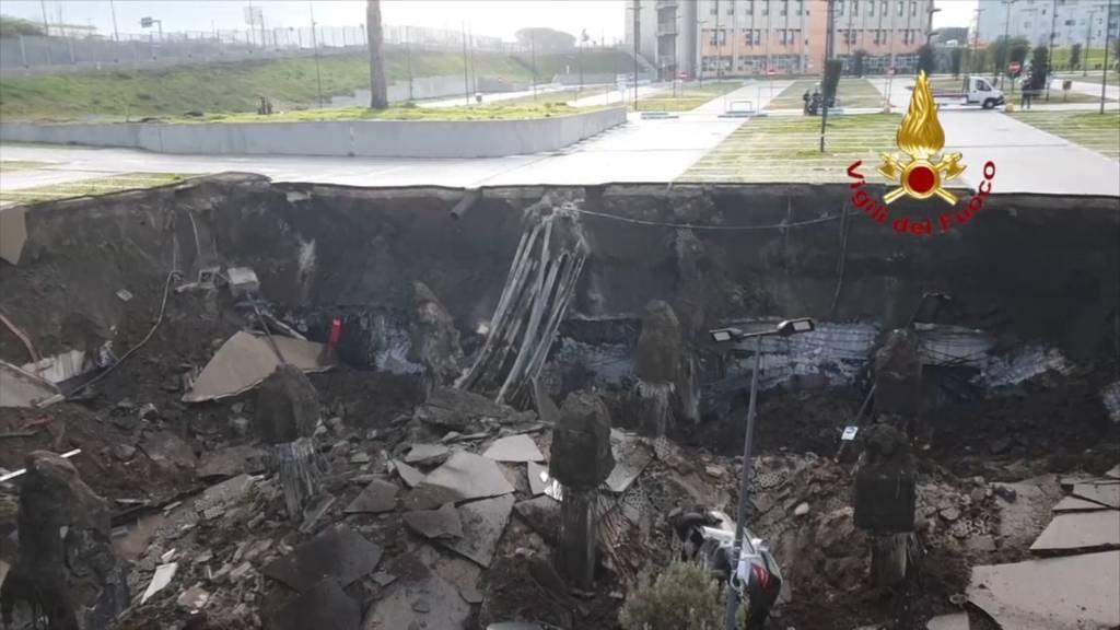 Neapel: Parkplatz vom Erdboden verschluckt