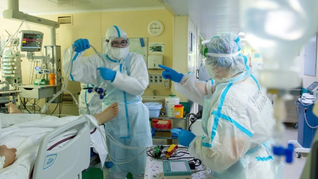 Krankenhauspersonal bei ihrer Arbeit auf einer Corona-Station in einem Moskauer Spital.