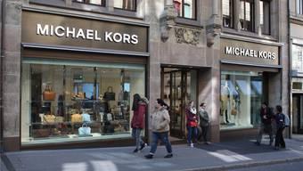 Betreten nur mit Englischkenntnissen: Wer im Michael-Kors-Laden an der Freien Strasse eine Beratung will, muss des Englischen mächtig sein.