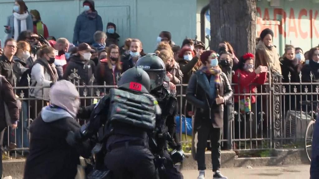 Unbewilligte Frauen-Demo: Pfefferspray und Verhaftungen in Zürich
