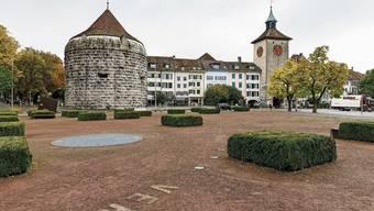 Die Buchsbäume sind grüne Tupfer auf dem roten Amtshausplatz vor der Baloise Bank SoBa.