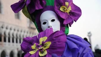 Ein Teilnehmer an der Maskenparade in Venedig