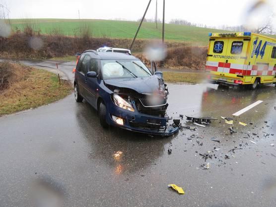 Das kaputte Auto zeugt von der Wucht des Aufpralls.