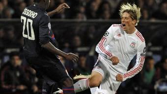 Liverpool-Stürmer Torres (r.) von Lyons Aly Cissokho gestoppt