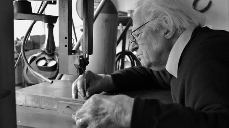 Im November wird Erwin Rehmann 95 Jahre alt. Etwas ruhiger als früher nimmt es der Bildhauer zwar schon, aber er ist noch voll in seinem Element. Er arbeitet an neuen Skulpturen und auf den Geburtstag hin plant er eine grosse Ausstellung mit seinen Werken. «Ich nehme das Alter in Kauf», sagt er und fügt achselzuckend hinzu: «Man kann ja nichts dagegen tun.» Das Tun, das Kreativ-Sein, das Unterwegs-Sein – im Leben wie in der Kunst – gehört zu Erwin Rehmann. Nach dem Lehrerseminar in Wettingen arbeitete Rehmann drei Jahre als Primarlehrer in Siglistorf. Parallel dazu absolvierte er Kurse bei Künstlern. Nach dem Krieg besuchte er die Kunstgewerbeschule in Basel und war Schüler des Wettinger Bildhauers Eduard Spörri. Sieben Jahre lang, von 1949 bis 1956, lebte er Beruf und Berufung parallel: Er hatte ein Teilzeitpensum als Zeichenlehrer und arbeitete daneben als freischaffender Plastiker. 1953 baute Rehmann das Atelierhaus in Laufenburg, das er vor 15 Jahren, 2001, zu einem Ateliermuseum mit Skulpturengarten erweiterte. Erwin Rehmann hat in den letzten 70 Jahren mehrere hundert Werke geschaffen. Sie wurden weltweit in rund 250 Ausstellungen gezeigt. (twe)