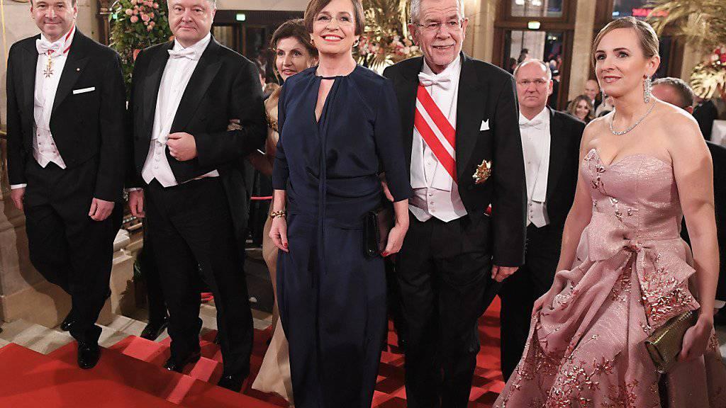 Hochkarätige Gäste am Wiener Opernball: Der ukrainische Präsident Petro Poroschenko (2.v.l.) und der österreichische Bundespräsident Alexander Van der Bellen (mit Schärpe) treffen im Opernhaus ein.
