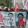 Demonstrationszug toleriert: Etwa 400 Personen liessen sich in Basel eine 1. Mai-Kundgebung nicht nehmen. Die Polizei hielt sich zurück. sel Quelle: KEYSTONE Fotograf: GEORGIOS KEFALAS