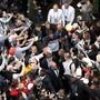 Wo ist der Maestro? Bis zu zehn Personenschützer schirmen Roger Federer vor den Anhängern ab.
