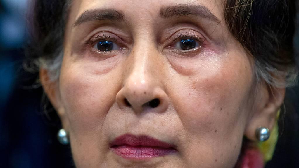 Aung San Suu Kyi, damals Regierungschefin von Myanmar, wartet darauf, vor dem Internationalen Gerichtshof von Den Haag auszusagen.