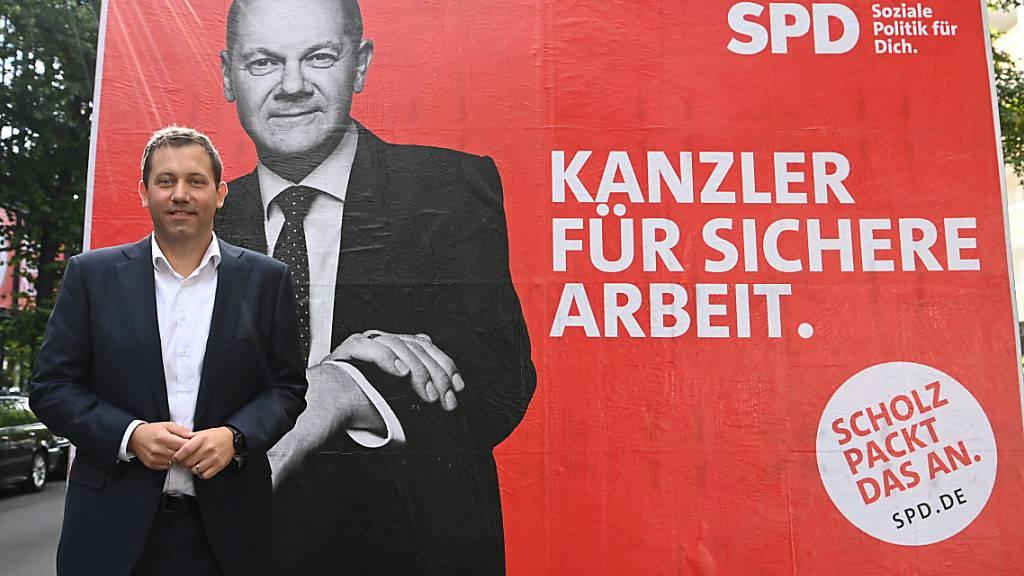 Lars Klingbeil (SPD), Generalsekretär, präsentiert Wahlwerbespots und Plakate zur Wahlkampagne rund um Kanzlerkandidat Olaf Scholz. Foto: Britta Pedersen/dpa-Zentralbild/dpa
