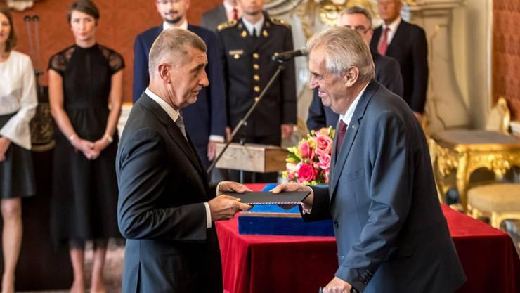 Von Präsident Milos Zeman (r) vereidigt: Tschechiens Ministerpräsident Andrej Babis (l). Im ersten Anlauf war der Multimilliardär mit einer Alleinregierung seiner Partei an der Vertrauensabstimmung im Parlament gescheitert.