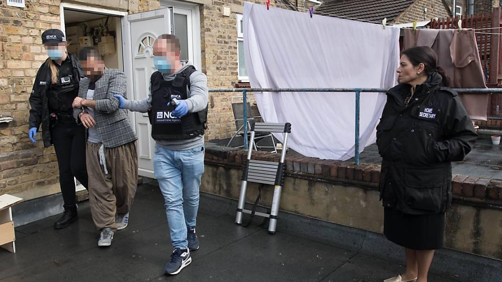Britische Innenministerin begleitet Festnahme - Kritik der Polizei