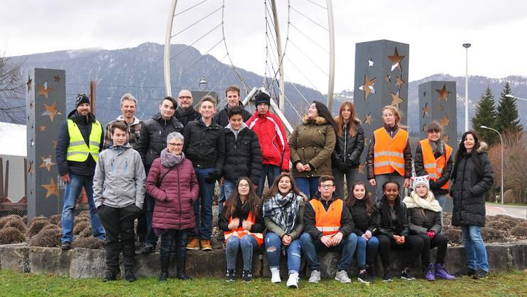 Theres Baumann und Fabian Biberstein mit ihrer Klasse und die Vorstandsmitglieder des Gewerbevereins nach getaner Arbeit.