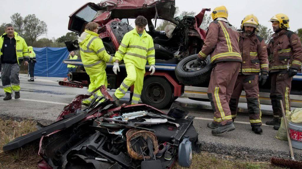 Polizisten und Feuerwehrleute am Unfallort nahe der katalanischen Stadt Figueres.