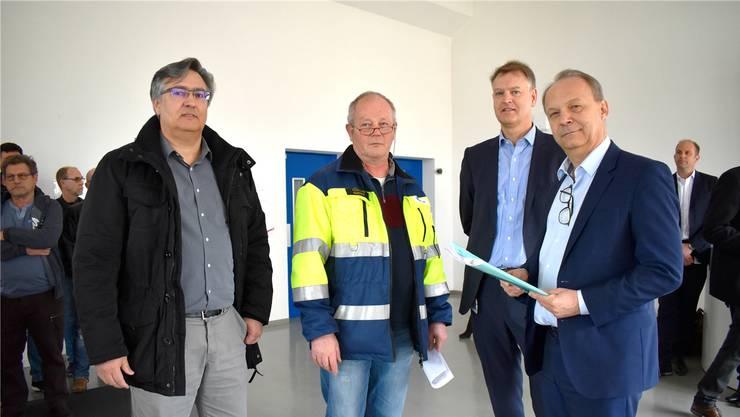 Andreas Felber und François Quidort übergeben die Petition im Foyer des DSM-Werks in Sisseln an René Vroege und Chris Goppelsroeder (v.l.).
