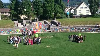 Bezirksschüler beenden ihre Schulzeit im Amphitheater.