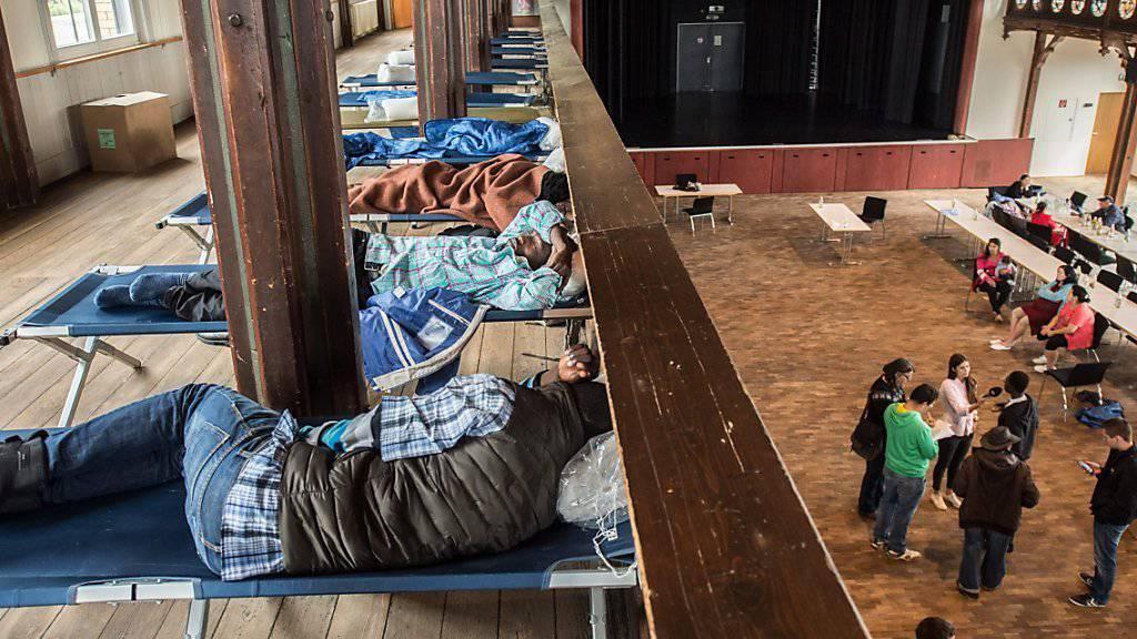 Die Flüchtlinge wurden nach dem Brand zunächst in der Festhalle untergebracht.