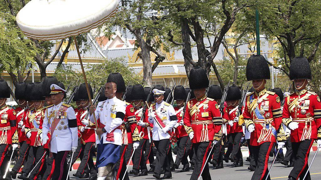 Thailands neuer König Maha Vajiralongkorn führt den Trauerzug an