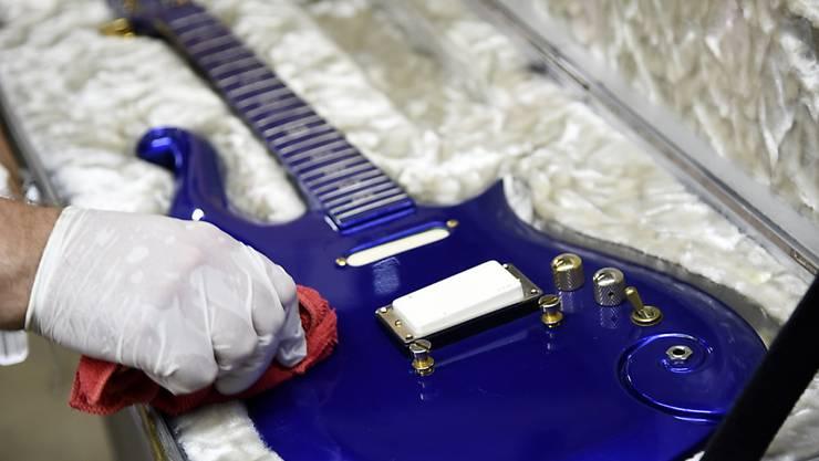 Die blaue Cloud-Gitarre von 1984 des 2016 gestorbenen US-Popstars Prince soll bei einer Versteigerung in Kalifornien bis zu 600 000 Dollar einbringen.