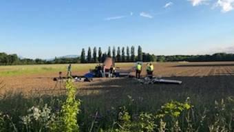Ein 75-jähriger Mann ist am Donnerstagabend beim Absturz eines Kleinflugzeugs ums Leben gekommen. Zwei weitere Personen wurden schwer verletzt.
