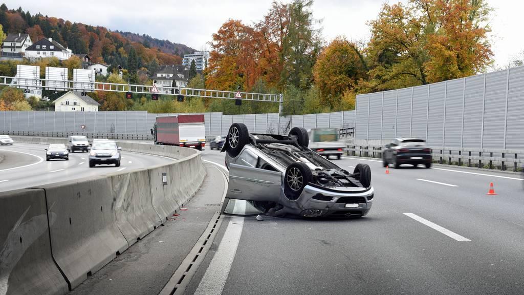 Auto überschlägt sich nach Kollision mit LKW – Fahrerin verletzt