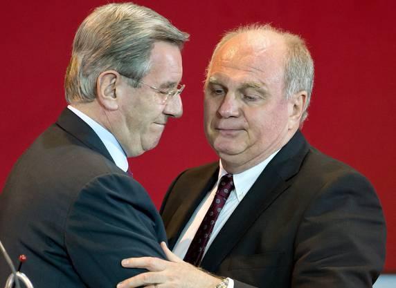 Der langjährige Bayern-Finanzchef und neue Präsident Karl Hopfner und sein Vorgänger Uli Hoeness umarmen sich.