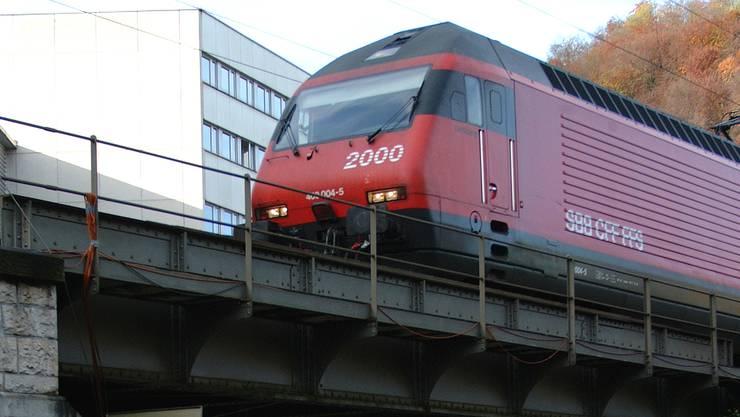 Eine Lok 2000 kurz vor der  Einfahrt am Bahnhof Baden. Bild: az/archiv